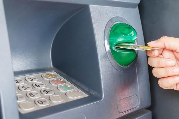Uważaj! Z taką kartą lepiej nie chodzić do bankomatu /©123RF/PICSEL