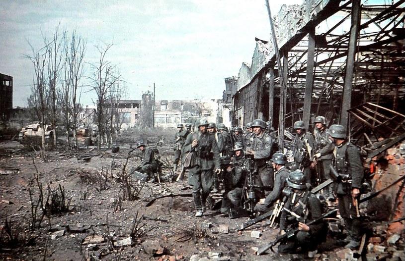 """uż wtedy, gdy jesienią 1942 roku wykonano to kolorowe zdjęcie na terenie zniszczonej fabryki traktorów w Stalingradzie, klęska 6. Armii była już przesądzona. Reprodukcja za """"Spiegel Special"""". /Odkrywca"""