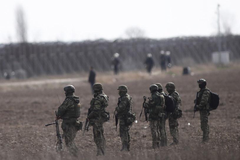 Uzbrojeni greccy żołnierze w pobliżu ogrodzenia na granicy grecko-tureckiej /DIMITRIS TOSIDIS /PAP/EPA