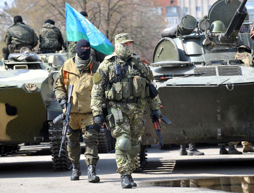 Uzbrojeni mężczyźni i pojazdy opancerzone na ulicach Słowiańska /GENYA SAVILOV /AFP