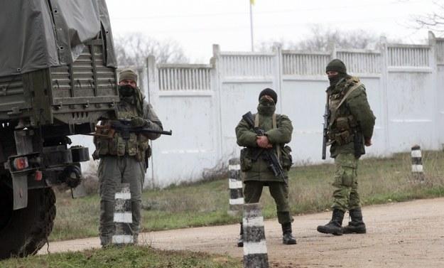 Uzbrojeni mężczyźni na terenie ukraińskiej bazy w Sewastopolu /PAP/EPA/ZURAB KURTSIKIDZE /PAP/EPA