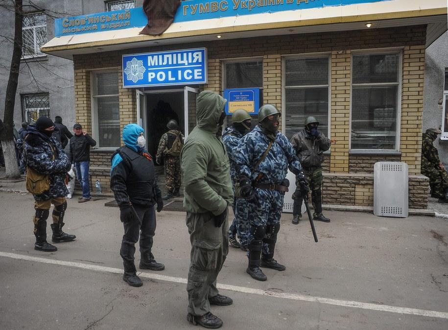 Uzbrojeni mężczyźni przed posterunkiem policji na Ukrainie /ROMAN PILIPEY /PAP/EPA