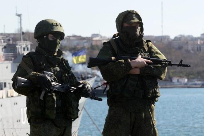 Uzbrojeni mężczyźni w porcie w Sewastopolu /PAP/EPA/ZURAB KURTSIKIDZE /PAP/EPA