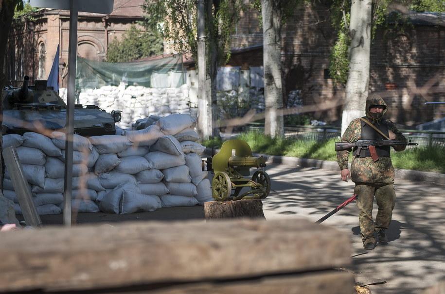 Uzbrojeni separatyści przy punkcie kontrolnym /ROMAN PILIPEY /PAP/EPA