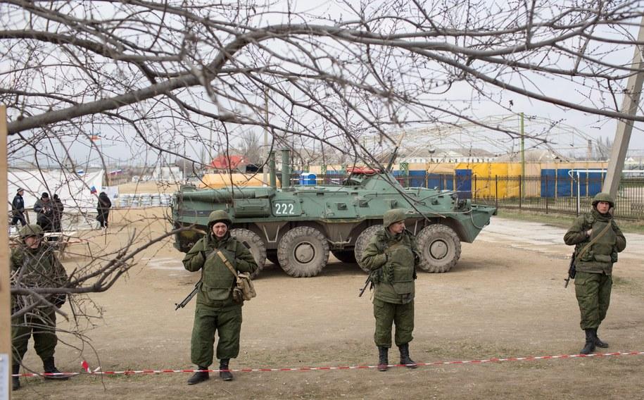 Uzbrojeni żołnierze przed bazą wojskową na Krymie /DENIS SINYAKOV /PAP/EPA