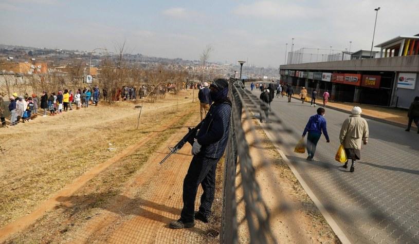 Uzbrojony ochroniarz przed centrum handlowym w Johannesburgu. Sklepy i magazyny w RPA zostały zaatakowane przez szabrowników w połowie lipca, pomimo rozmieszczenia oddziałów wojskowych, które próbowały stłumić zamieszki /PHILL MAGAKOE/AFP /East News