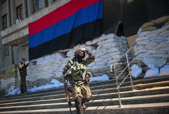 Uzbrojony prorosyjski separatysta /ROMAN PILIPEY /PAP/EPA
