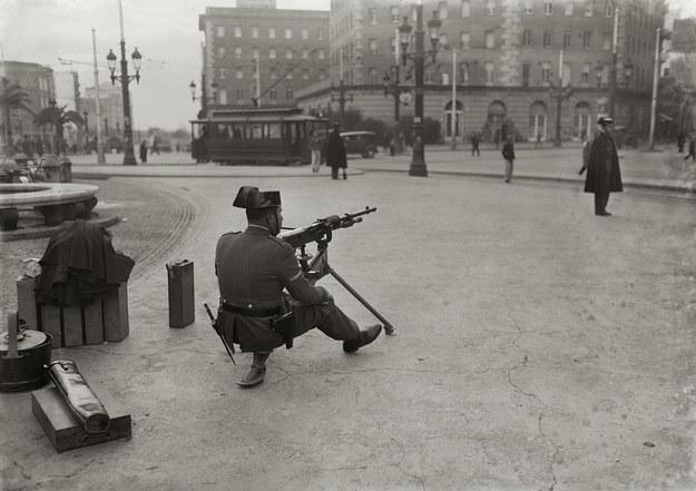 Uzbrojony żołnierz Gwardii Cywilnej na Plaça Espanya w Barcelonie, 1933. Brangulí, © ANC /materiały prasowe