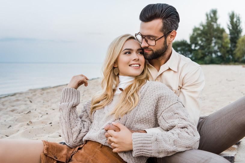 Uznaje się, że zakochani mają pewne nawyki, które świadczą o tym, że są ze sobą szczęśliwi /123RF/PICSEL
