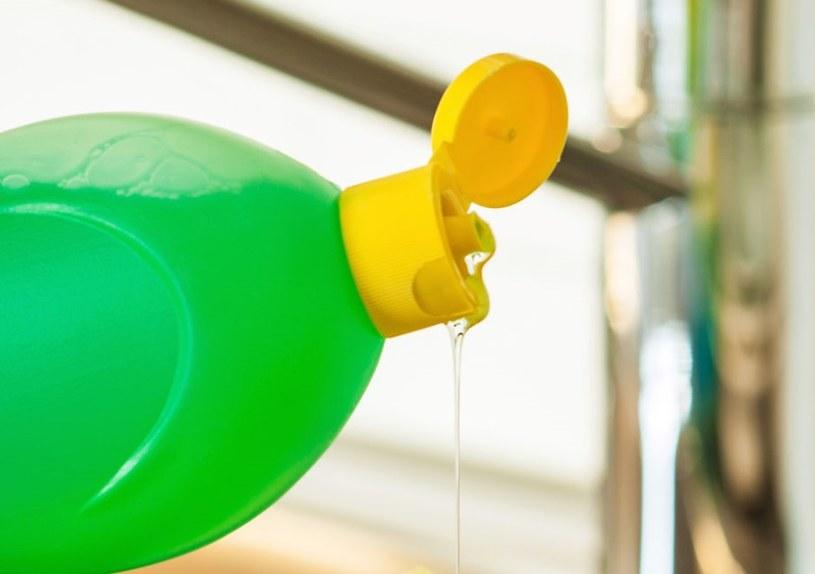 Użyj płynu do naczyń /©123RF/PICSEL