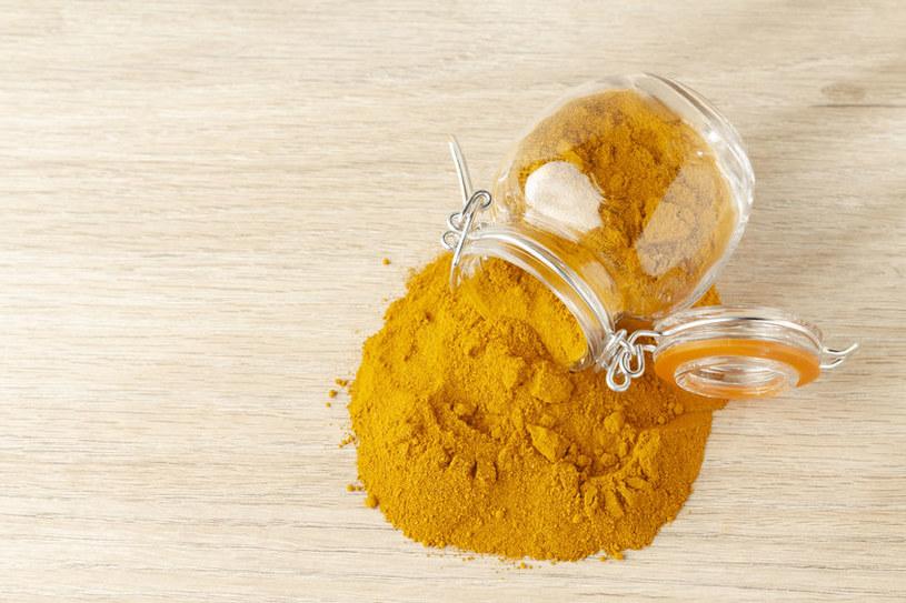 Użyj sody, by usunąć plamy z blatu /123RF/PICSEL