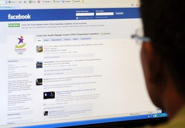 Użytkownicy poświęcają tylko 60 sekund na analizę treści strony na Facebooku /AFP