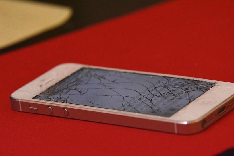Użytkownicy smartfonów najbardziej obawiają się upuszczenia telefonu i rozbicia wyświetlacza /materiały prasowe