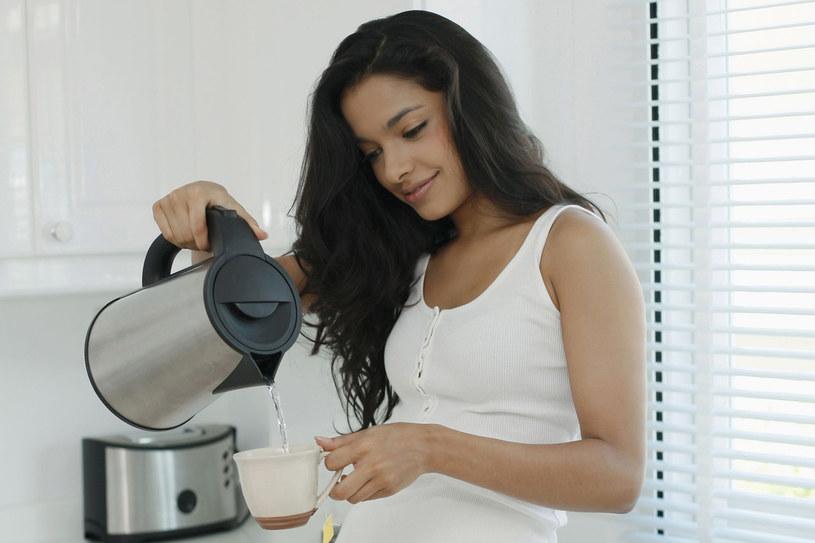 Używaj czajnika go do zagotowania wody, by potem przelać do garnka do przygotowania np. zupy na płycie indukcyjnej - zużywa on mniej energii niż elektryczna płyta /123RF/PICSEL
