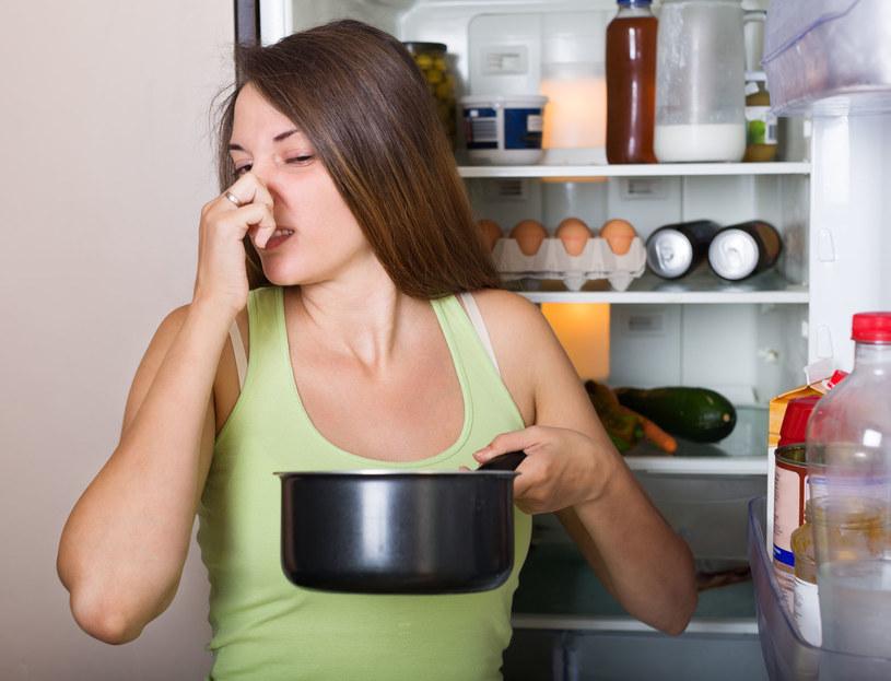 Używając octu z powodzeniem pozbędziesz się nieprzyjemnych zapachów /123RF/PICSEL