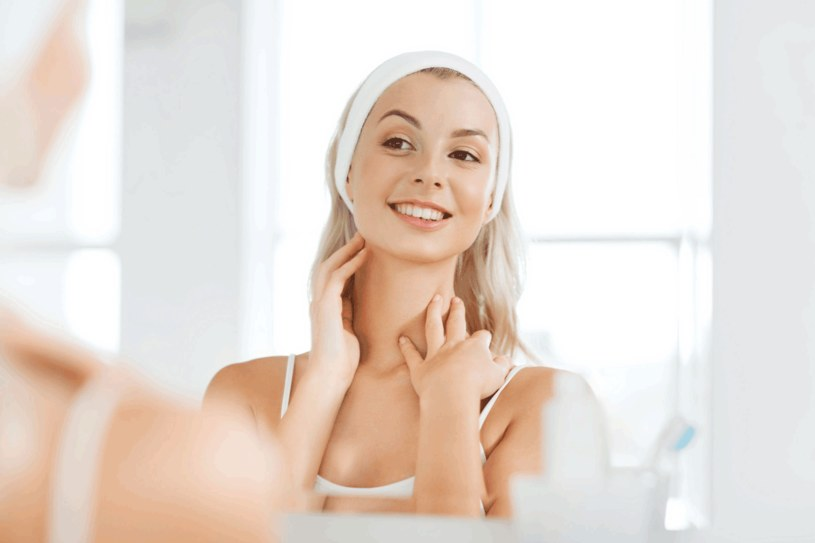Używając serum i kremu do twarzy, nie zapominaj o szyi i podbródku /123RF/PICSEL