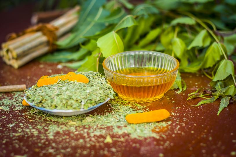 Używanie neem do płukania jamy ustnej może zmniejszać gromadzenie się płytki nazębnej /123RF/PICSEL