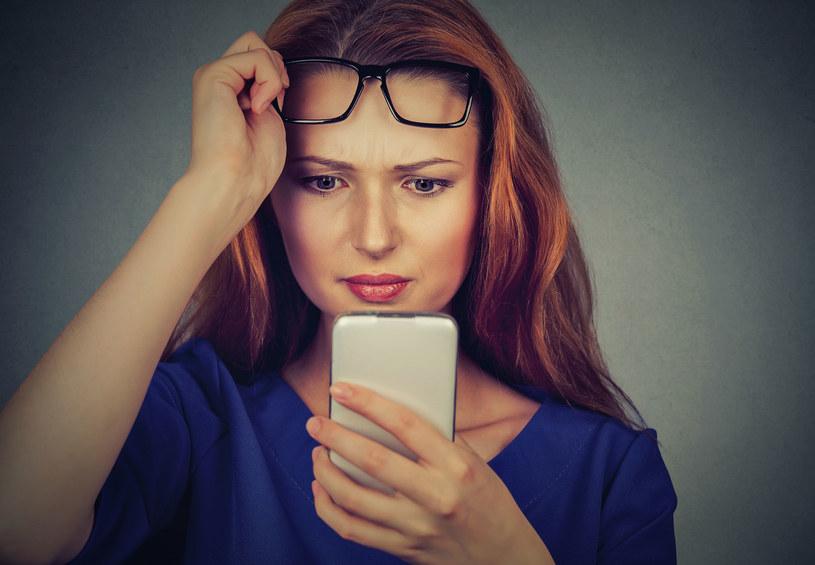 Używanie okularów bywa denerwujące i niewygodne /123RF/PICSEL