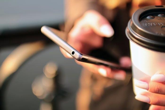 używanie telefonu /© Photogenica