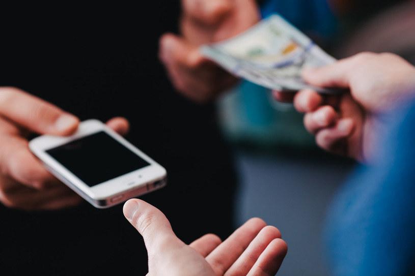 Używany smartfon - o czym należy pamiętać w przypadku jego zakupu /123RF/PICSEL