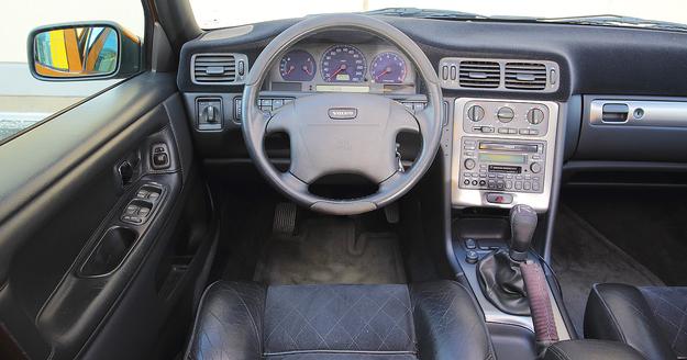 """V70 R z manualną skrzynią biegów to konfiguracja oferowana tylko przez dwa lata: 1997-1998. Później standardem stał się czterobiegowy """"automat"""". Wersję R wyróżniają niebieskie tarcze zegarów. /Motor"""