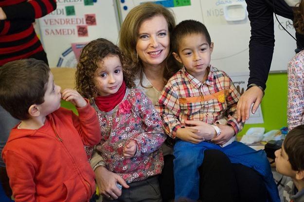 Valerie Trierweiler  z dziećmi we francuskiej szkole w Algierii /AFP