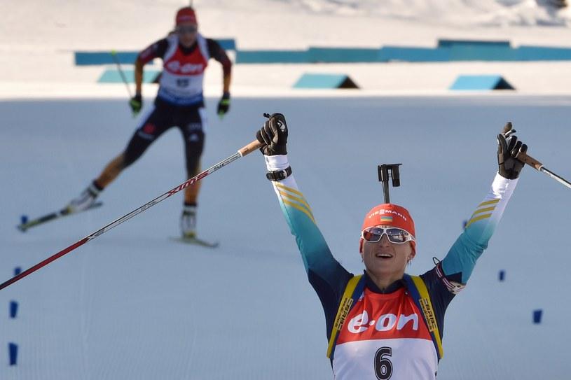 Valj Semerenko cieszy się ze zwycięstwa w biegu ze startu wspólnego na MŚ /AFP