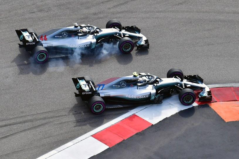 Valtteri Bottas i  Lewis Hamilton podczas wyścigu w Soczi /AFP