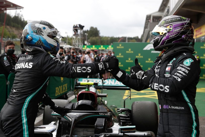 Valtteri Bottas (z lewej) i Lewis Hamilton /AFP