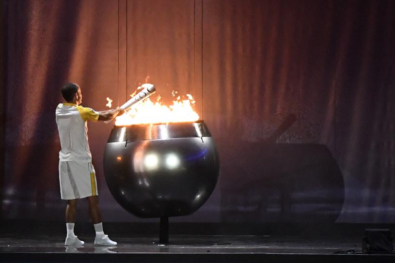 Vanderlei de Lima zapala znicz olimpijski /AFP