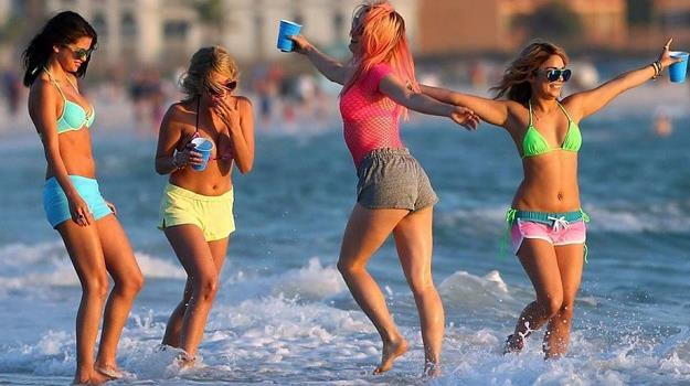 "Vanessa Hudgens, Ashley Benson, Rachel Korine i Selena Gomez w scenie z filmu ""Spring Breakers"" /materiały dystrybutora"