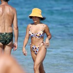 Vanessa Hudgens pluska się w morzu w ultraskąpym bikini