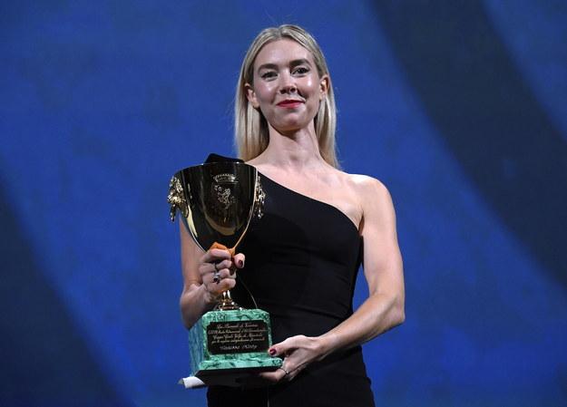 Vanessa Kirby z nagrodą /CLAUDIO ONORATI    /PAP/EPA