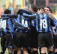 Veron w objęciach kolegów. Inter-Fiorentina 3:2 /AFP