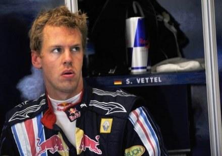 Vettel z niepokojem patrzy w przyszłość. Jego teamowi może zabraknąć silników /AFP