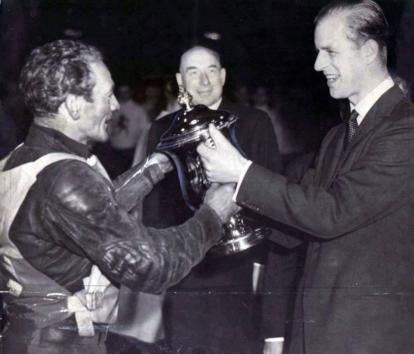 Vic Duggan odbiera puchar z rąk księcia Filipa /Tomasz Lorek, archiwum prywatne /materiały prasowe
