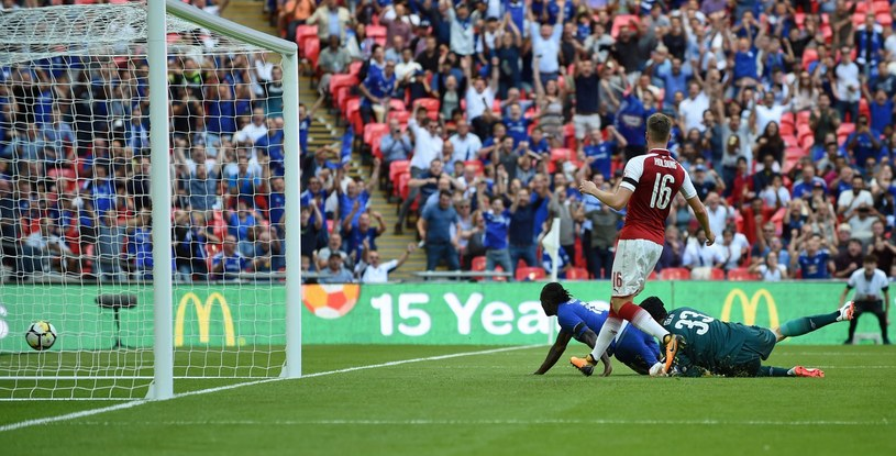 Victor Moses (najbliżej bramki) strzela gola dla Chelsea /PAP/EPA