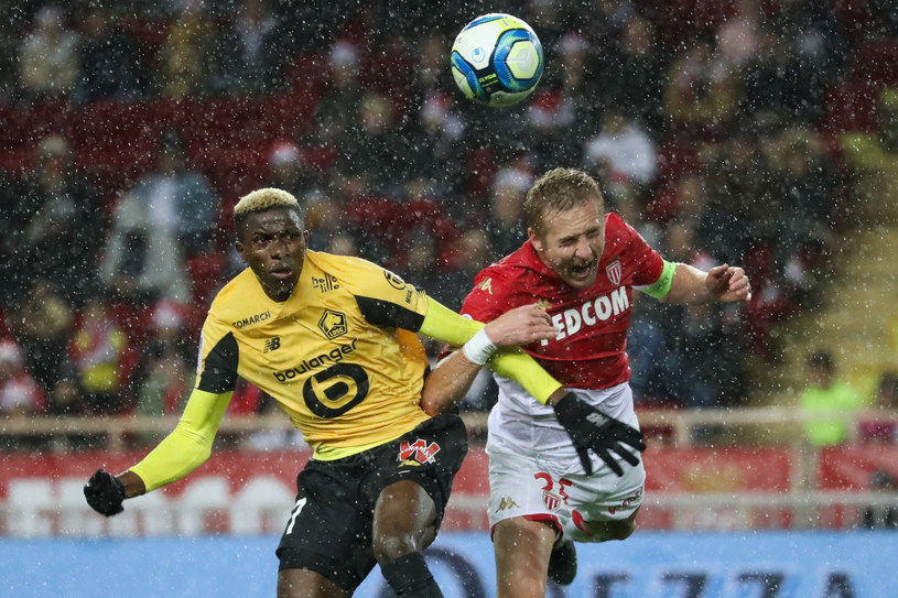 Victor Osimhen rywalizuje o piłkę z Kamilem Glikiem /ALERY HACHE / AFP /East News