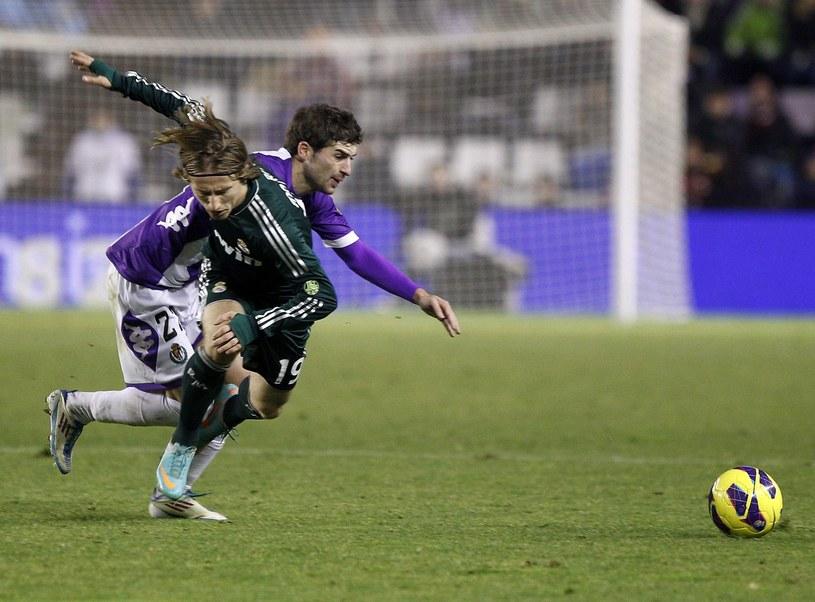 Victor Perez w La Liga rywalizował z najlepszymi piłkarzami na świecie. Na zdjęciu w pojedynku z Luką Modriciem z Realu Madryt /AFP