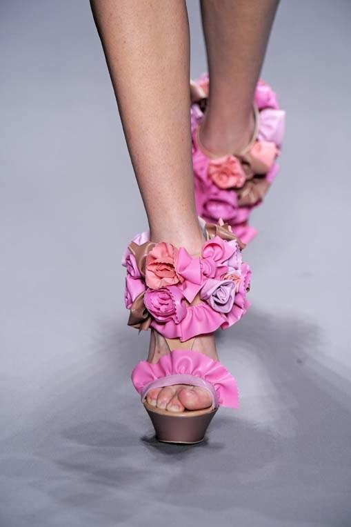 Victor&Rolf proponują sandały w róże  /East News/ Zeppelin