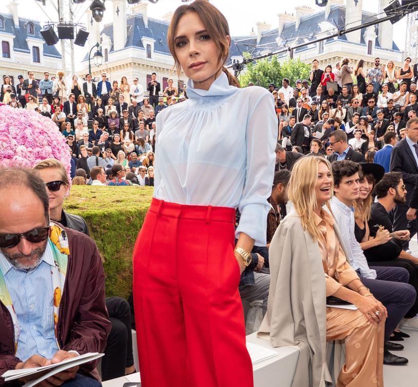 Victoria Beckham nie boi się odważnych dodatków /East News
