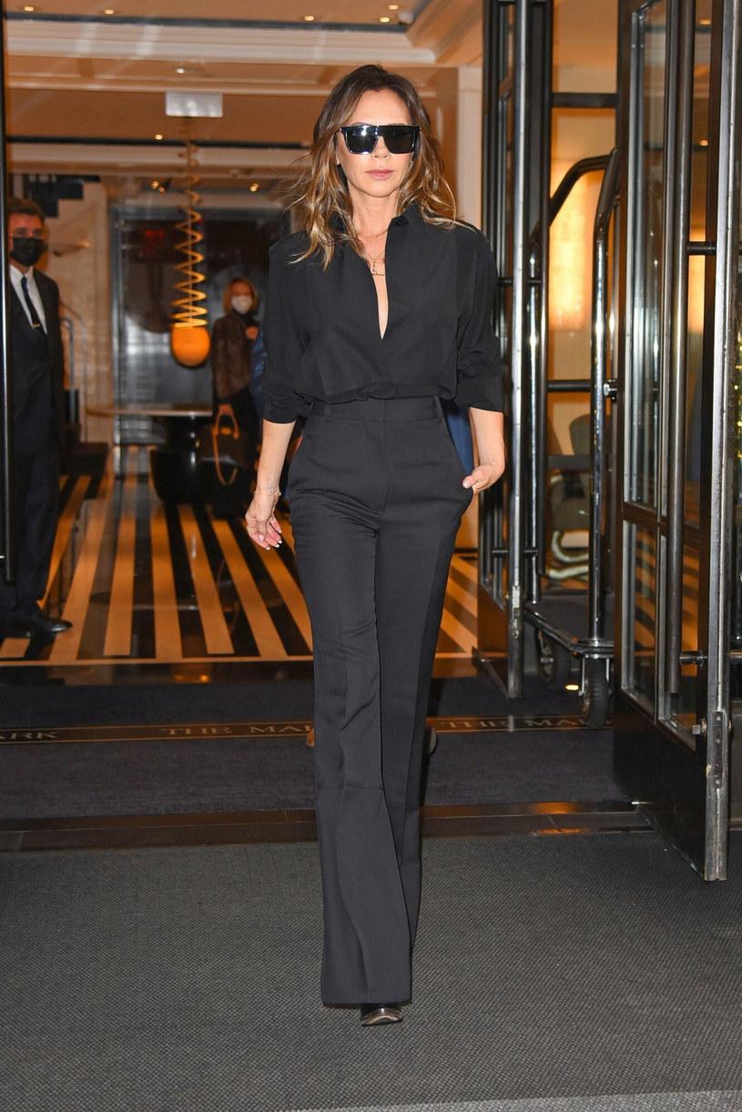 Victoria Beckham stawia ostatnio na jednokolorowe, eleganckie outfity /BACKGRID /East News
