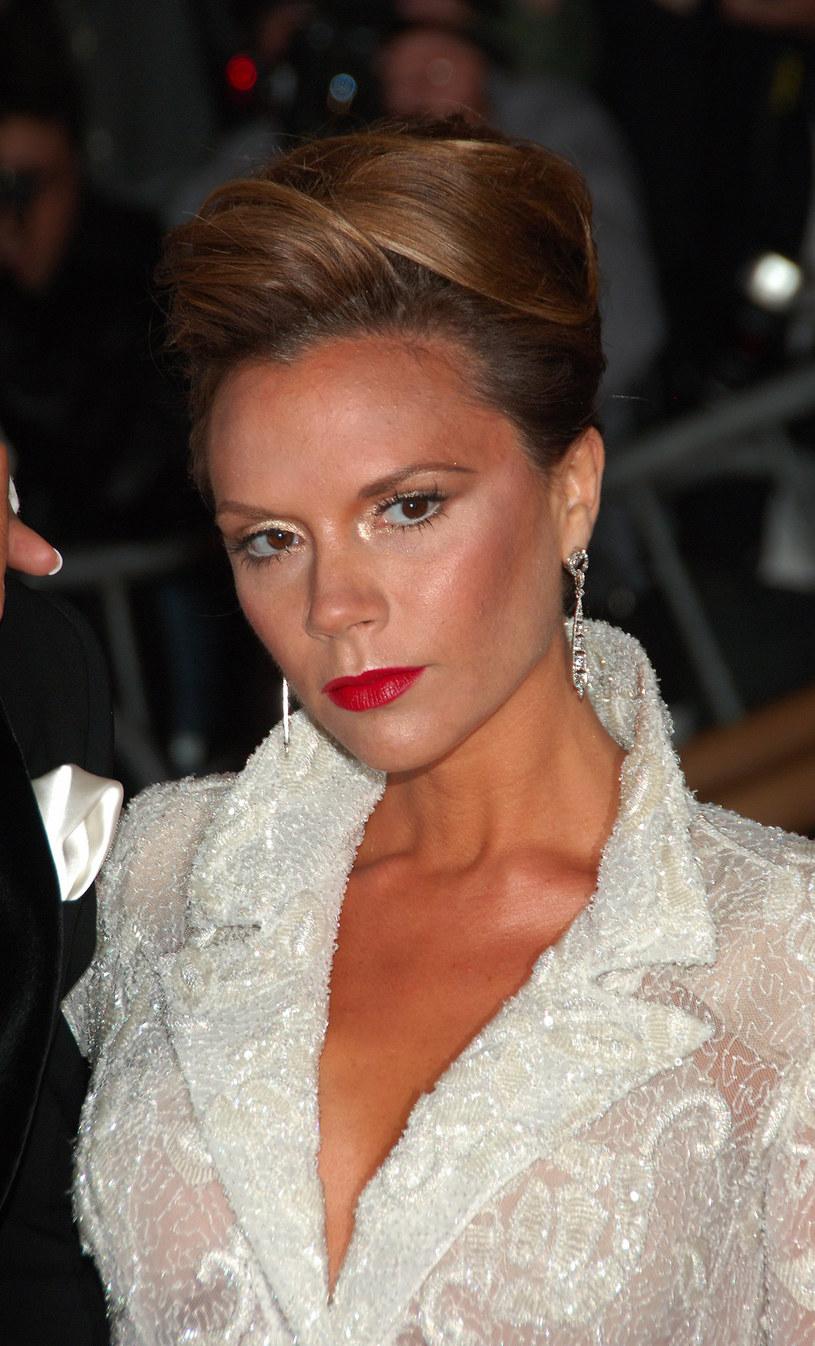 Victoria Beckham  tak prezentowała się w 2008 roku. Koki dodają lat. Celebrytka szybko to zrozumiała /Getty Images