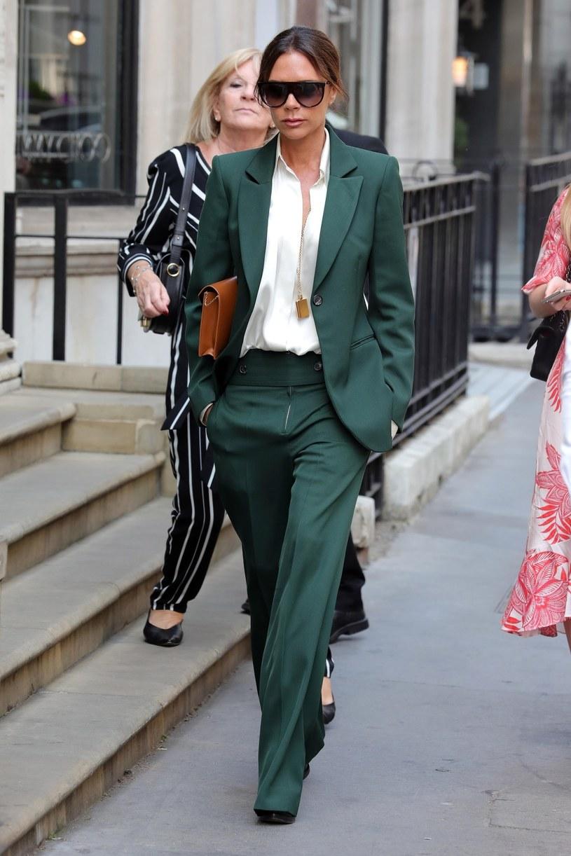 Victoria Beckham w klasycznym, zielonym garniturze /East News