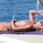 Victoria Hervey pozuje topless i z różańcem na szyi