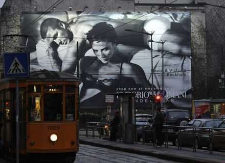 Victoria i David w reklamie w centrum Mediolanu /AFP