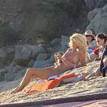 Victoria Silvstedt opala się w skąpym jaskrawym bikini
