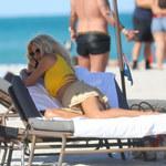 Victoria Silvstedt w kusej spódniczce na plaży!
