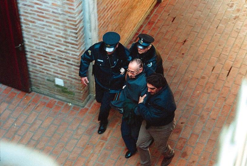 Videla eskortowany przez policję do sądu /AFP