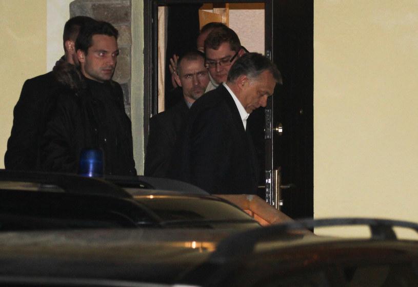 Viktor Orban wychodzi ze spotkania z Jarosławem Kaczyńskim /Jakub Porzycki /Agencja FORUM